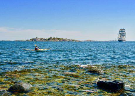 Briggen Tre Kronor anlöper Sandhamn med Grönskärs fyr i bakgrunden. Foto: John Sjöberg.